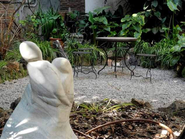 Olokuti. Vista del jardín interior.